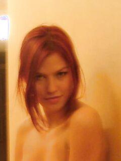 Игривая милашка прогуливается по квартире в трусиках - секс порно фото