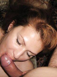 Зрелая озорница подставляет сочную киску - секс порно фото