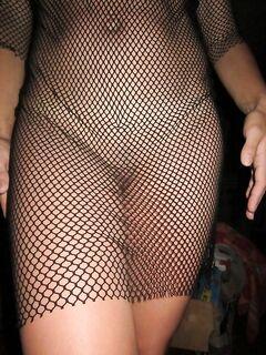 Хрупкая брюнетка прогуливается голышом возле озера - секс порно фото