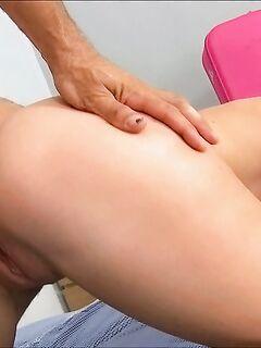 Безотказная официантка позволила оттрахать себя в обе дырочки - секс порно фото
