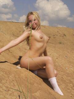 Хрупкая блондинка позирует голышом у стены - секс порно фото