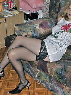 Грудастая шалашовка хвастается розовой щелкой - секс порно фото