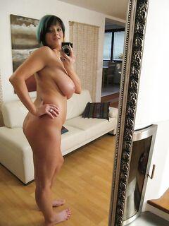 Домохозяйка с большими натуральными сиськами показывает стриптиз перед зеркалом - секс порно фото