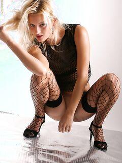Высокая блондинка показывает киску с интимной стрижкой - секс порно фото