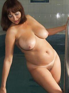 Опытные сучки проветривают письки и подставляют анал для порно - секс порно фото