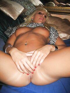 Блондинка проветрила пикантные места - секс порно фото