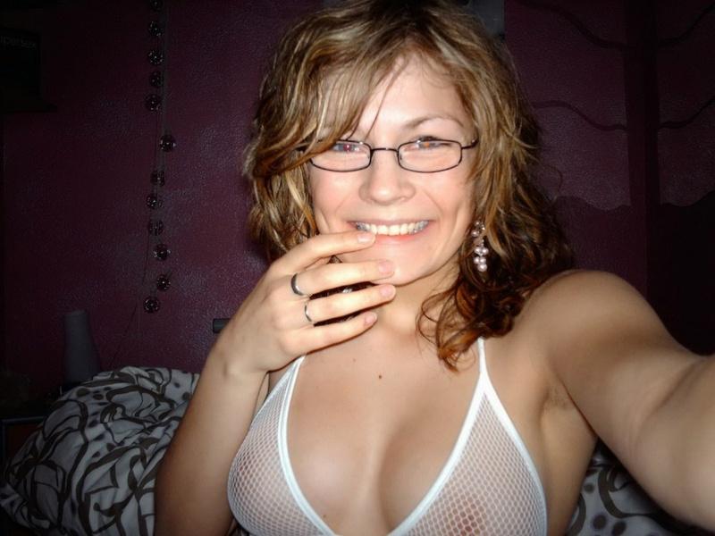 Мадемуазель вгоняет секс игрушку во влагалище - секс порно фото