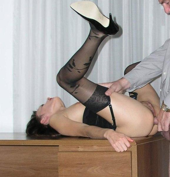 Стальные фаллосы вторгаются в дырочки искусительниц - секс порно фото