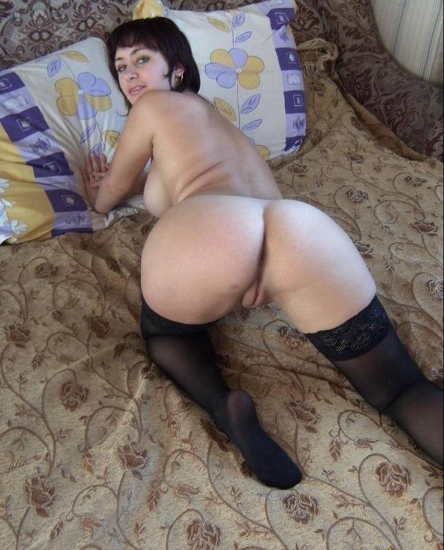 Бывалая давалка голышом на кровати - секс порно фото