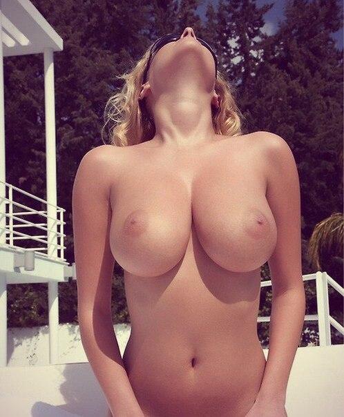 Грудастые красотки стали раком и подставили дырочки - секс порно фото