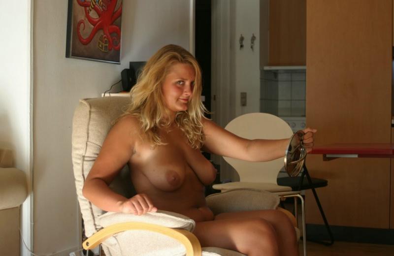 Голая блондинка извивается на полу - секс порно фото