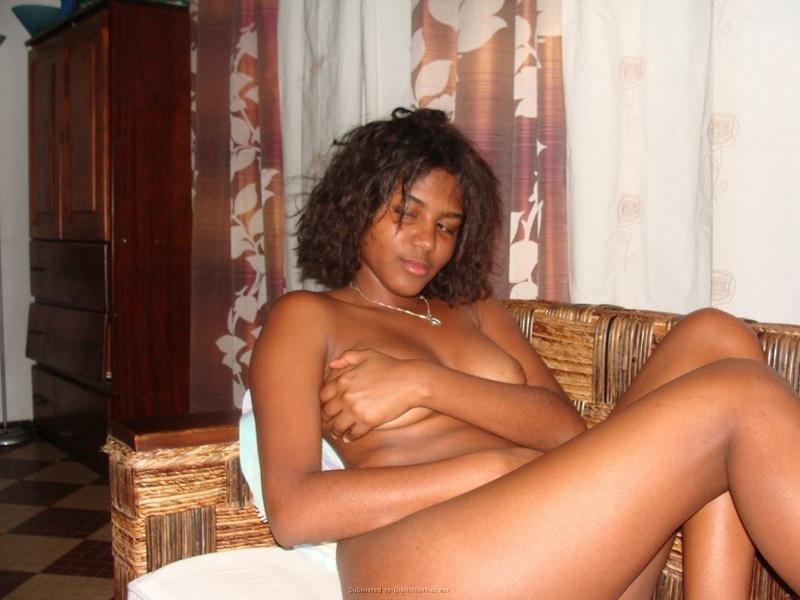 Шикарная негритянка возбуждает небритой киской - секс порно фото
