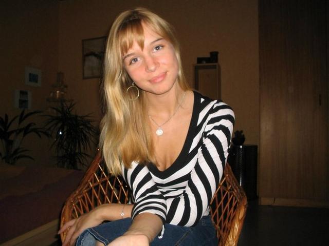 Страстная блонда эротично раздевается - секс порно фото