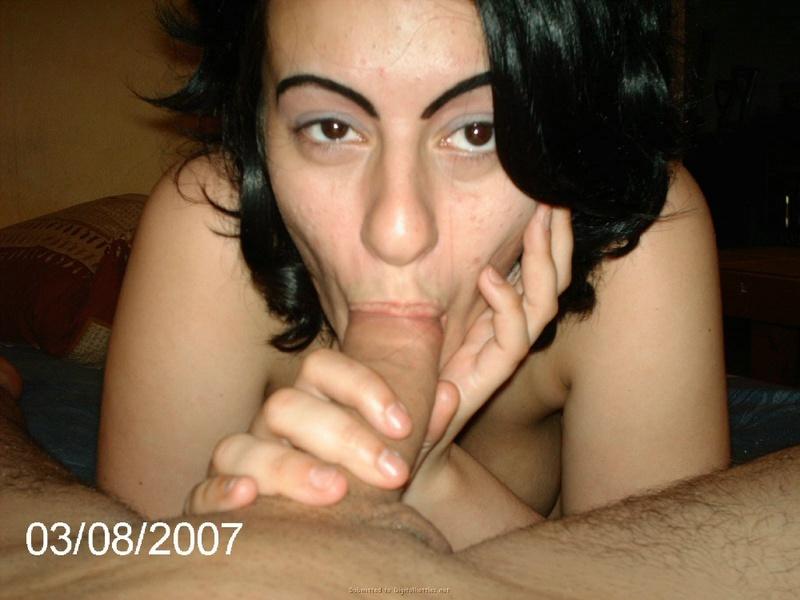 Умелая брюнетка обнажила тело и сделала отсос - секс порно фото