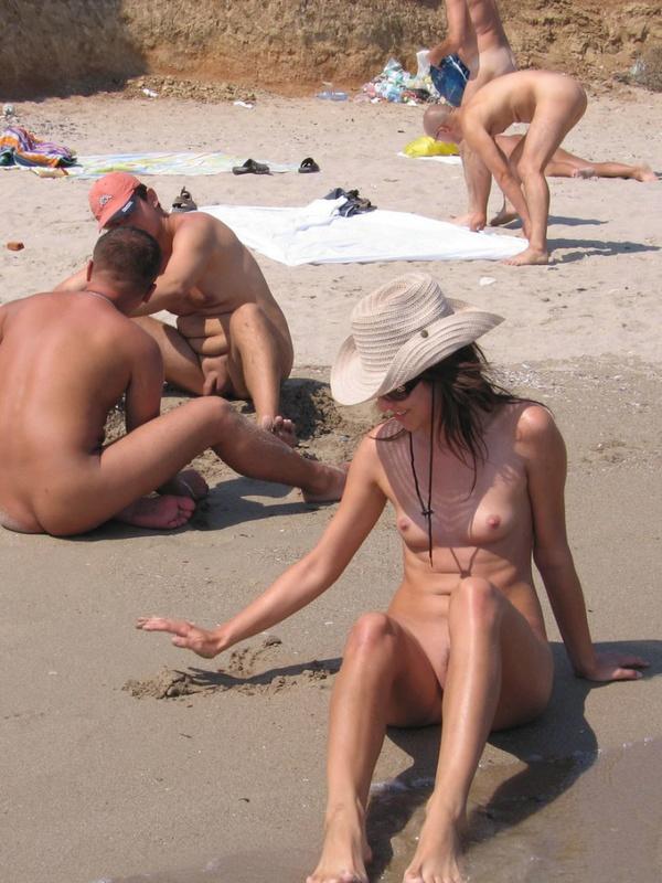 Брюнетка поражает нудистский пляж красотой своего тела - секс порно фото