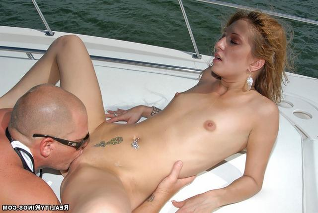 Серферша позволила поиметь себя в анальную дырочку - секс порно фото