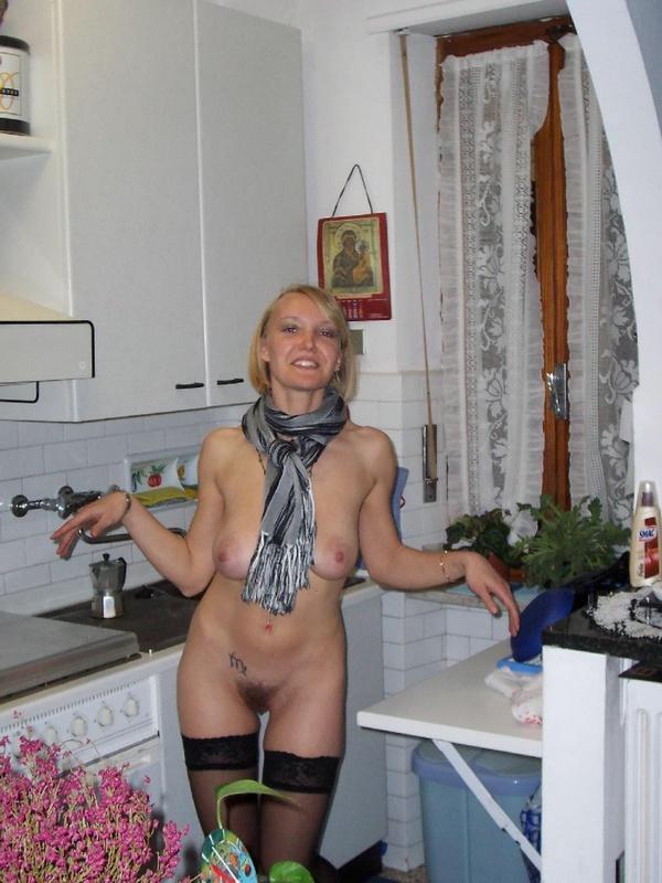 Раскрепощенная блонда проветрила волосатую щелку - секс порно фото