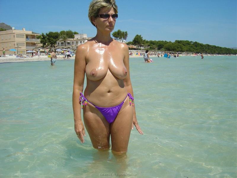 Вывалила титьки на пляже и в номере - секс порно фото