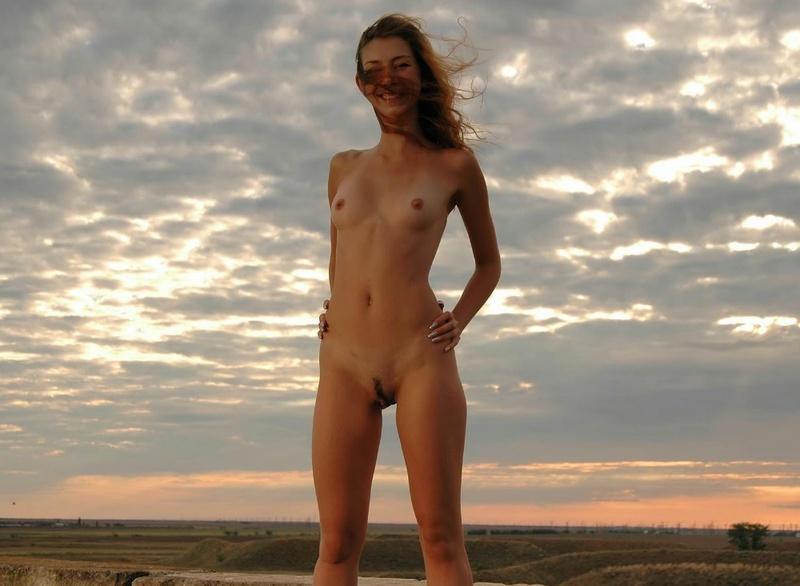 Худая модель ню позирует на фоне природы - секс порно фото