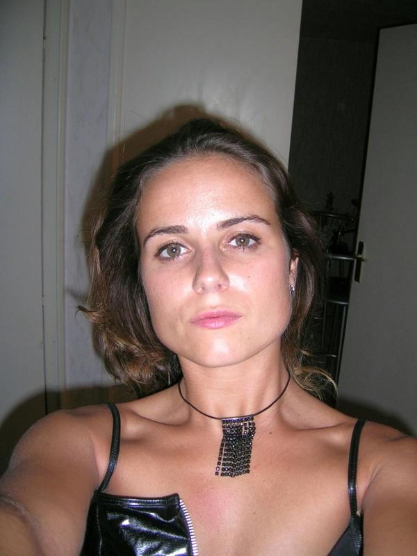 Стерва в латексном костюме развлекается с секс игрушкой и фаллосом - секс порно фото