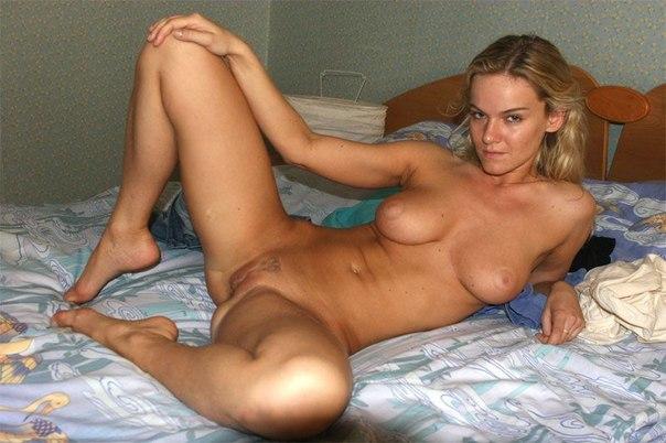 Опытные баловницы вывалили буфера и сверкнули пикантными местами - секс порно фото