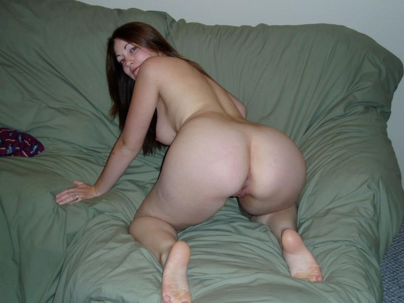 Пососала большой член и подставила обе дырочки для проникновения - секс порно фото