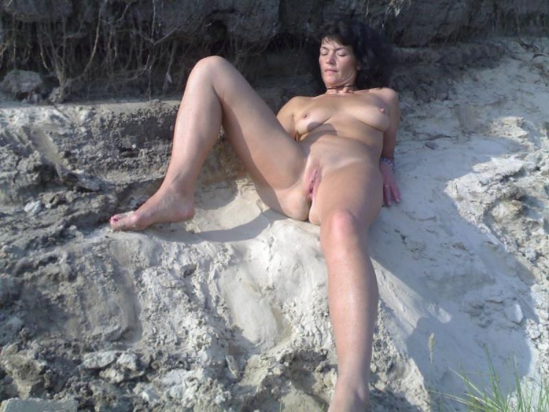 Зрелая брюнетка осталась голенькой  - секс порно фото