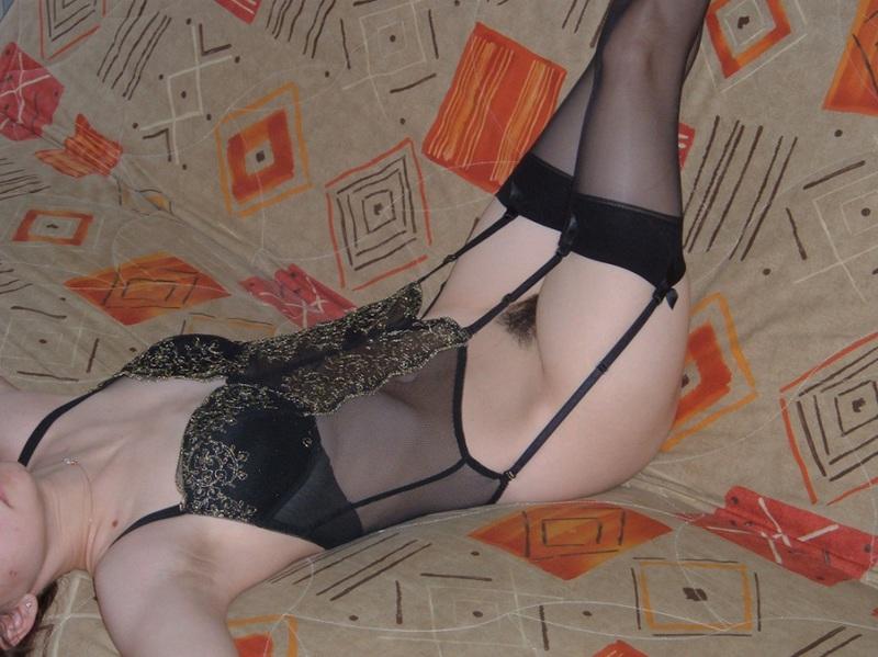 Аспирантка соблазняет друга небритой промежностью - секс порно фото