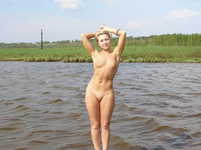 Возбужденные нимфы выставляют влажные писи - секс порно фото