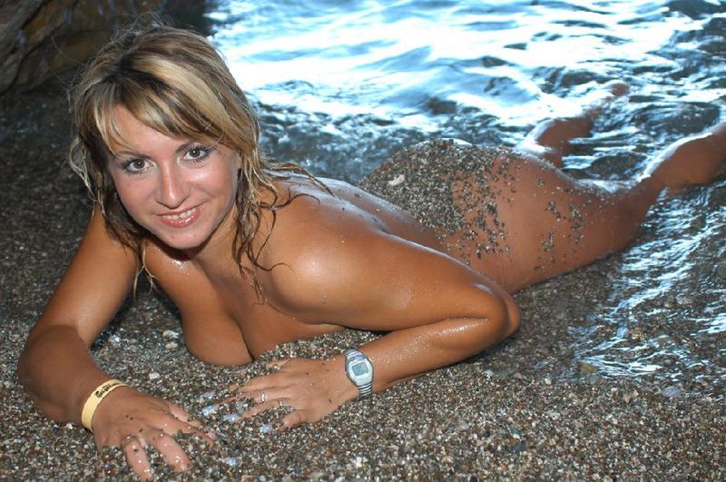 Приехала на отдых и наделала откровенных селфи - секс порно фото