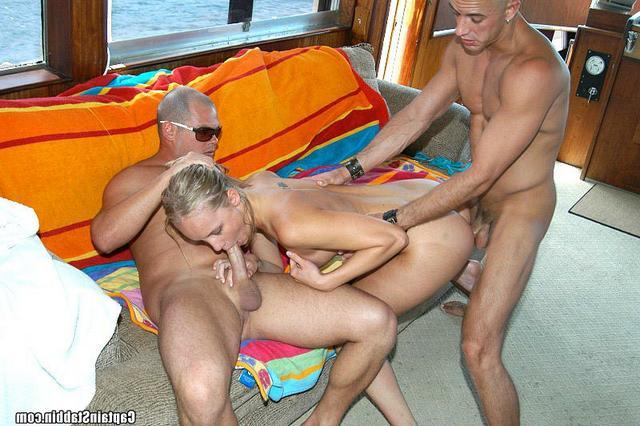 Двое чуваков поимели тощую милашку во все дыры - секс порно фото