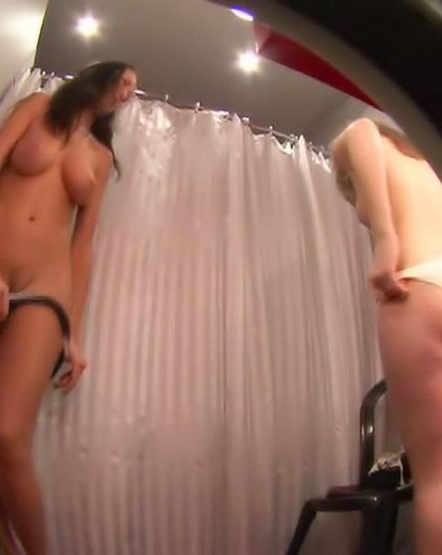 Привлекательные сучки примеряют  - секс порно фото