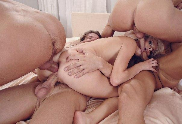 Озорные студенты устраивают групповуху на даче - секс порно фото