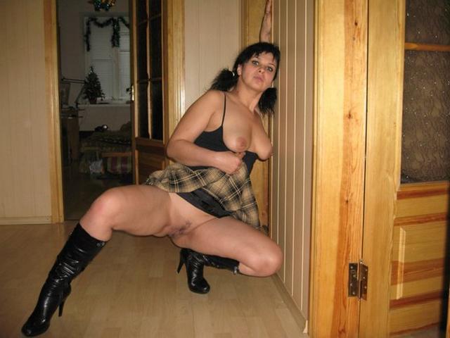 Задирает ноги и помахивает киской - секс порно фото