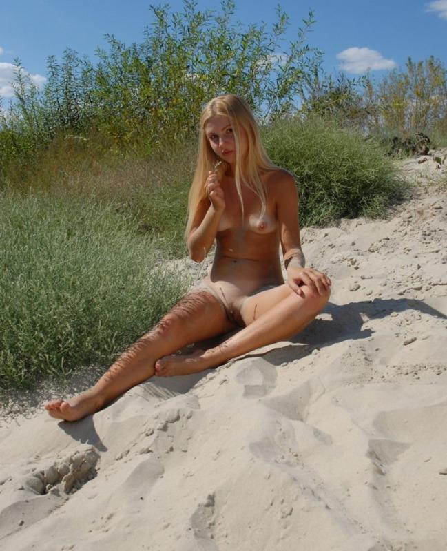 Сельская давалка позирует голенькой - секс порно фото