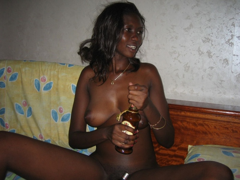 Пьяная негритоска раздвигает пальцами половые губки - секс порно фото