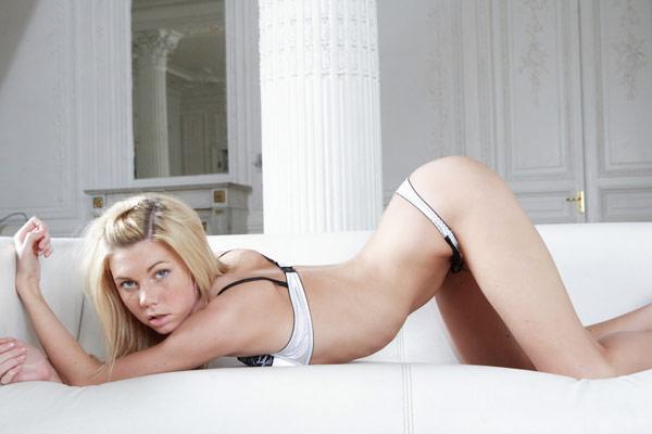 Изумительная блондинка показала вульву - секс порно фото