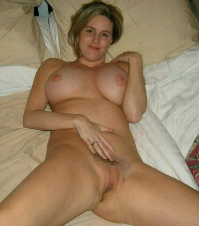 Неистовые домохозяйки показывают мокрые щелки - секс порно фото