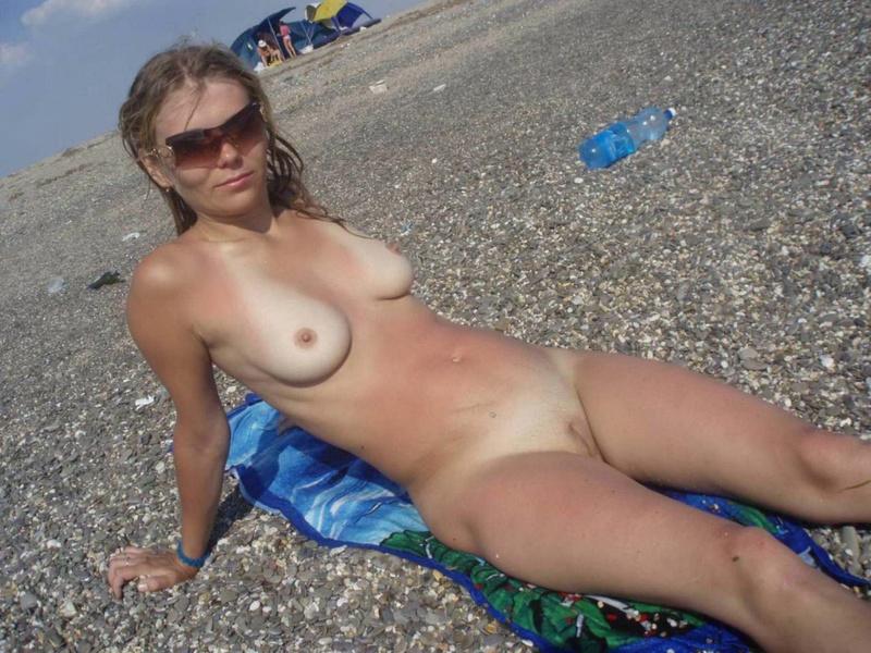Блондинка принимает солнечные ванные голышом - секс порно фото
