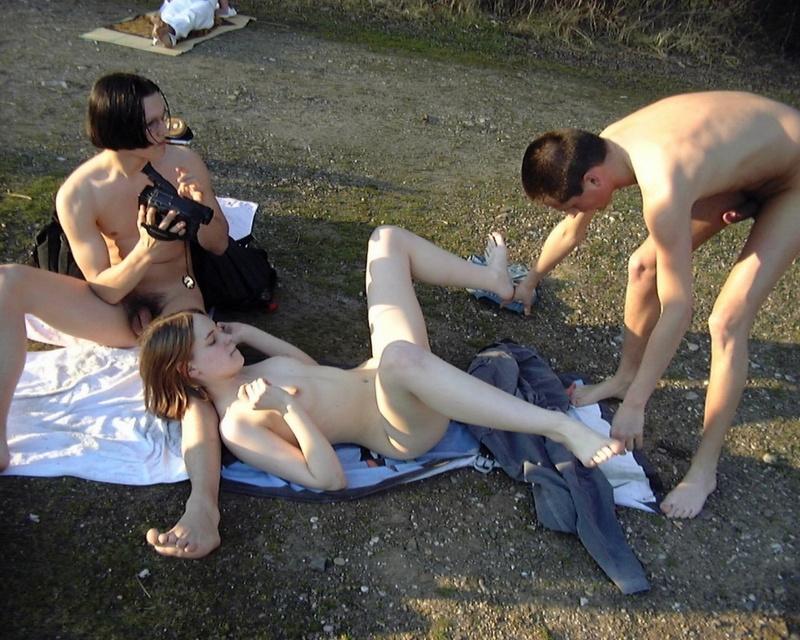 Молодая давалка отдалась парня на озере - секс порно фото