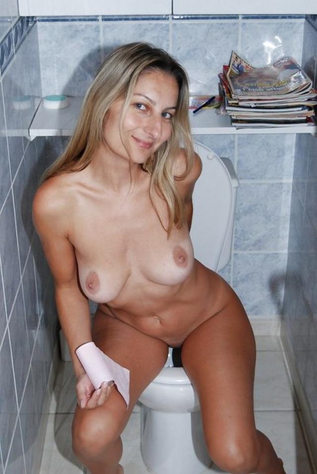 Привлекательные домохозяйки стянули с себя трусики - секс порно фото