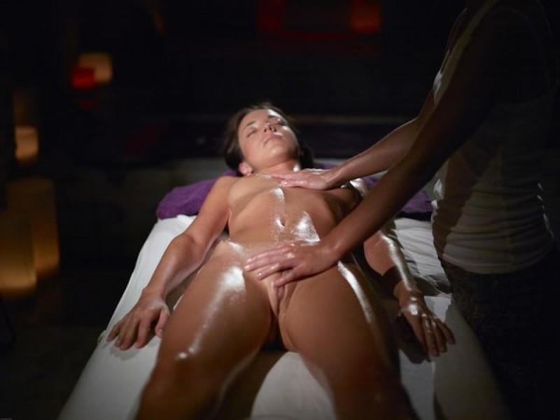 Стройная массажистка соблазнила клиентку и занялась с ней лесбийским сексом - секс порно фото
