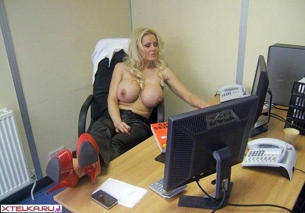 Начальница обнажила огромные буфера - секс порно фото