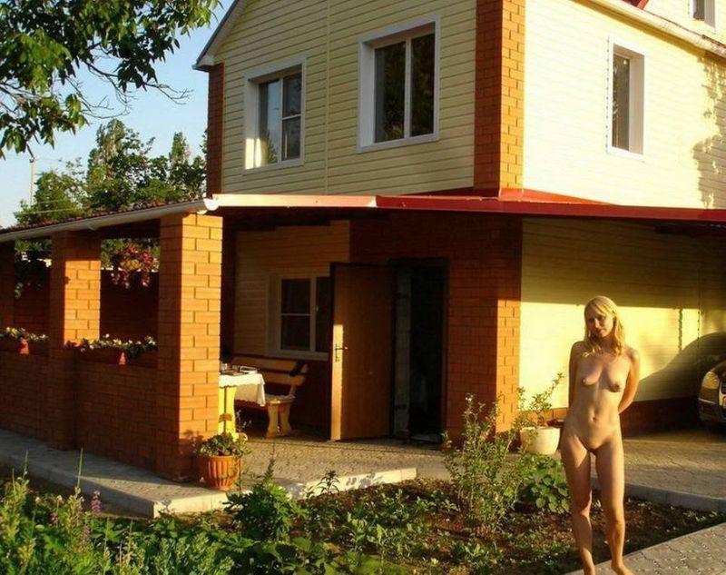 Привлекательная мамаша отдыхает голышом на даче - секс порно фото