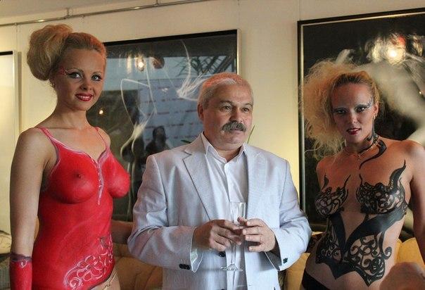 Сексуальные танцовщицы показали упругие сиськи - секс порно фото