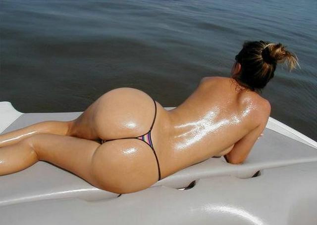 Умопомрачительные стервы хвастаются шикарными попками - секс порно фото