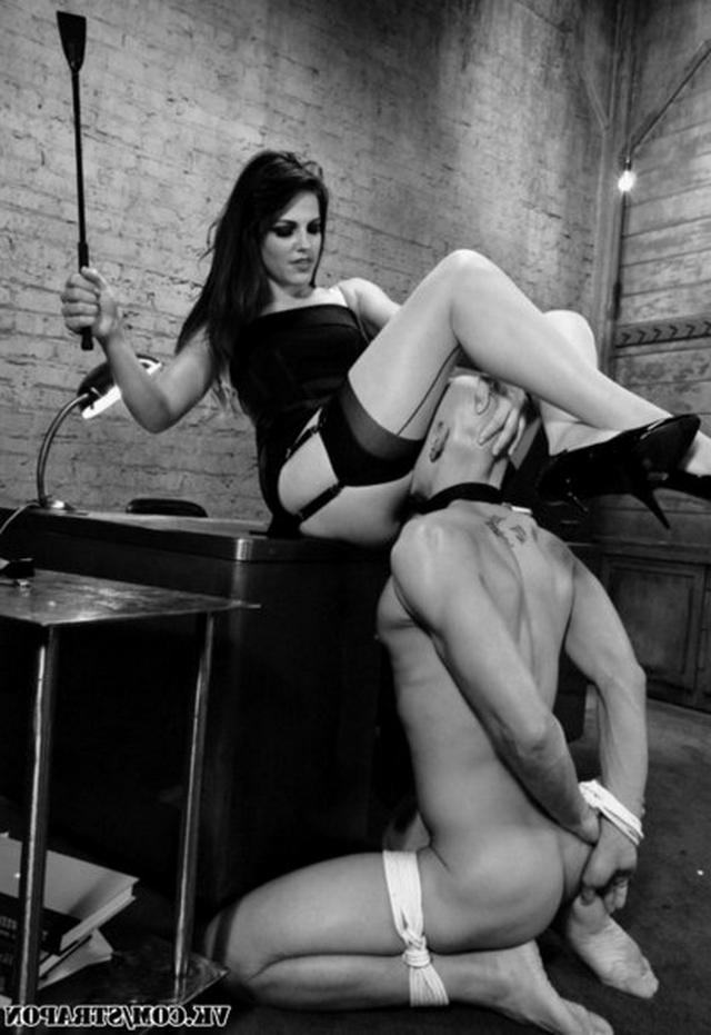 Парни лижут щелки своих соблазнительниц - секс порно фото