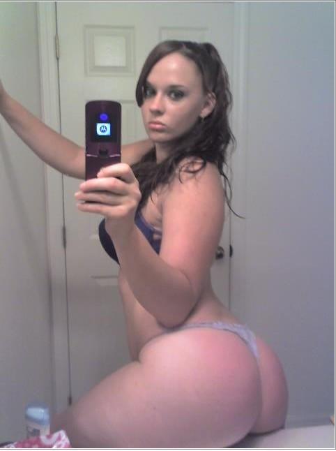 Сучки красуются оголенным отражением в зеркале - секс порно фото