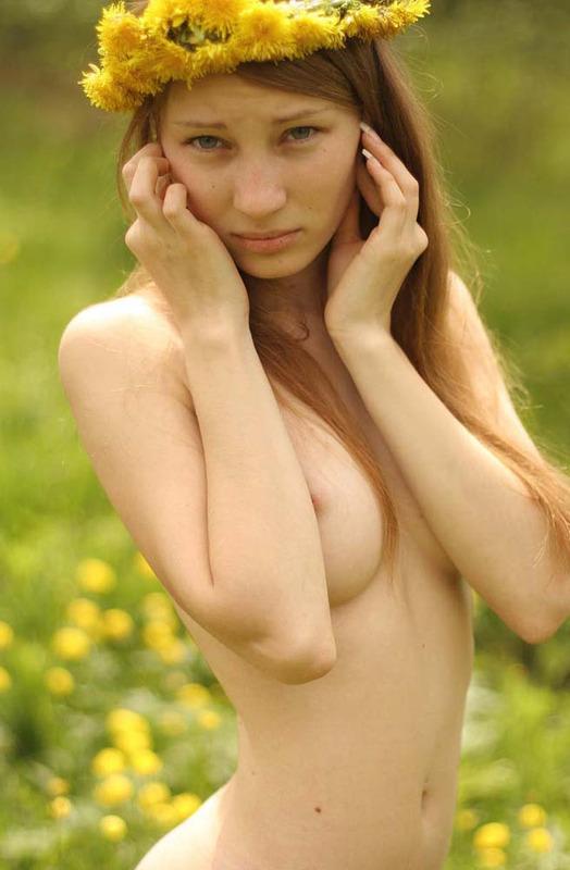 Нежная милашка прогуливается по полю нагая - секс порно фото