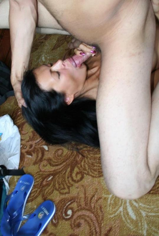 Умелая сосушка любит засовывать член за щеку - секс порно фото